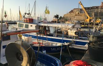 Das Schiff im Hafen von Talamone